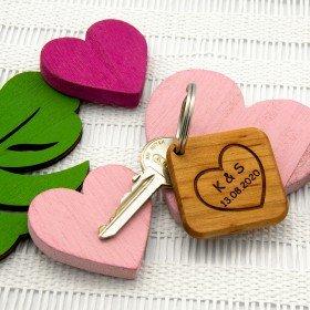 Holz - Schlüsselanhänger mit Initialen und Datum