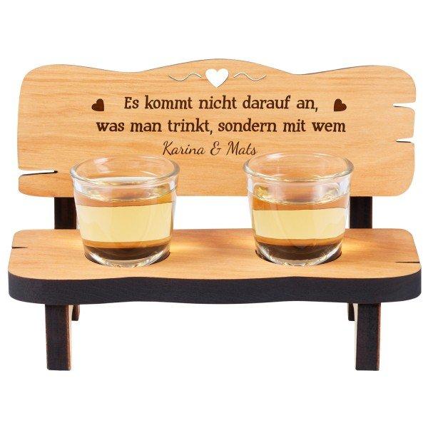 Schnapsbank mit zwei Gläsern und Gravur